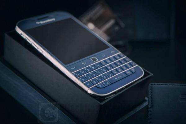blackberry-classic-blue-cobalt-white-rhodium_bbc_03